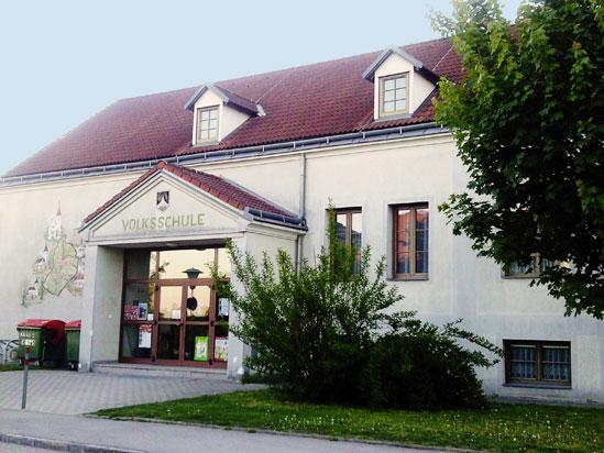 Der Eingang zur Volksschule Enzersfeld