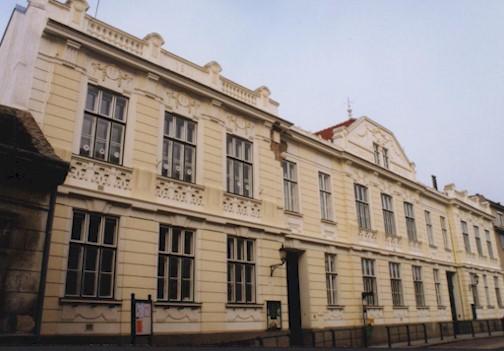 Straßenansicht mit historischer Fassade